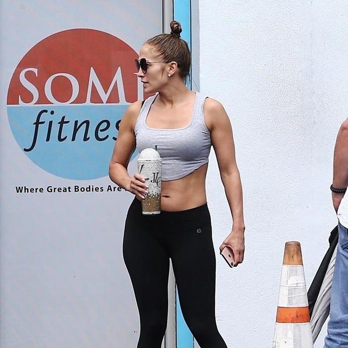 Jennifer-Lopez-muestra-sus-brazos-tonificados-y-su-estómago-plano-al-salir-del-gym