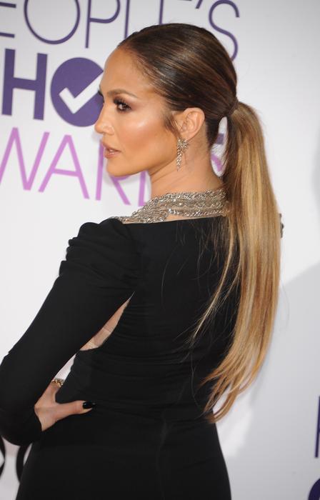 Detalle del peinado de Jennifer Lopez en los People's Choice Awards 2017