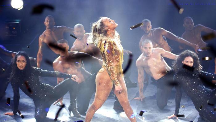Jennifer Lopez de perfil en su concierto en República Dominicana