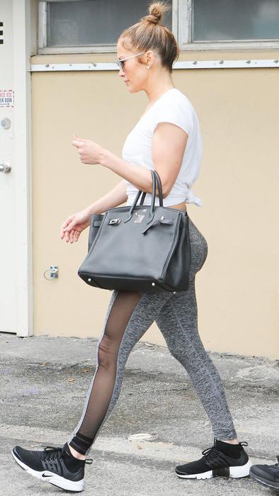 Jennifer Lopez de perfil con look deportivo