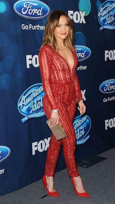 Jennifer Lopez lució vestido rojo en la alfombra de American Idol