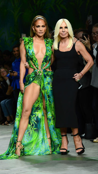 Jennifer Lopez con Donatella Versace en la Milan Fashion Week 2019