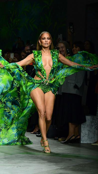Jennifer Lopez Usa Su Icónico Vestido Verde Versace 19 Años