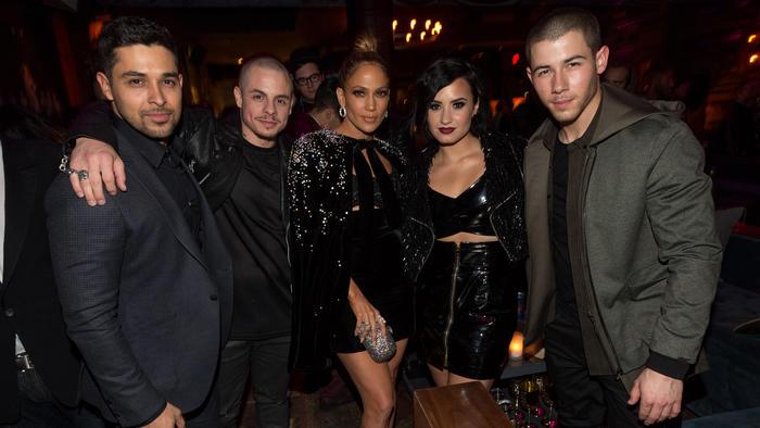 Wilmer Valderrama, Casper Smart, Jennifer Lopez, Demi Lovato y Nick Jonas en los AMAs 2015