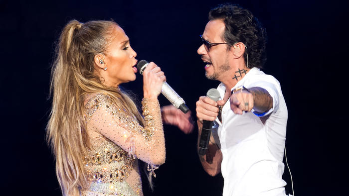 Jennifer Lopez y Marc Anthony cantando a dueto
