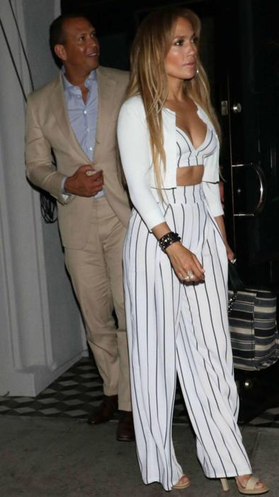 Jennifer Lopez con un pronunciado escote y Alex Rodriguez