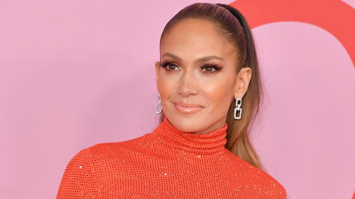 Jennifer Lopez usando extensiones de pestañas