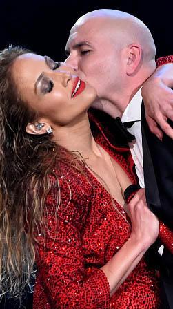 Jennifer Lopez cantando con Pitbull en el  American Music Awards