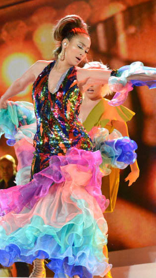 Jennifer Lopez rinde homenaje a Celia Cruz en los American Music Awards 2013