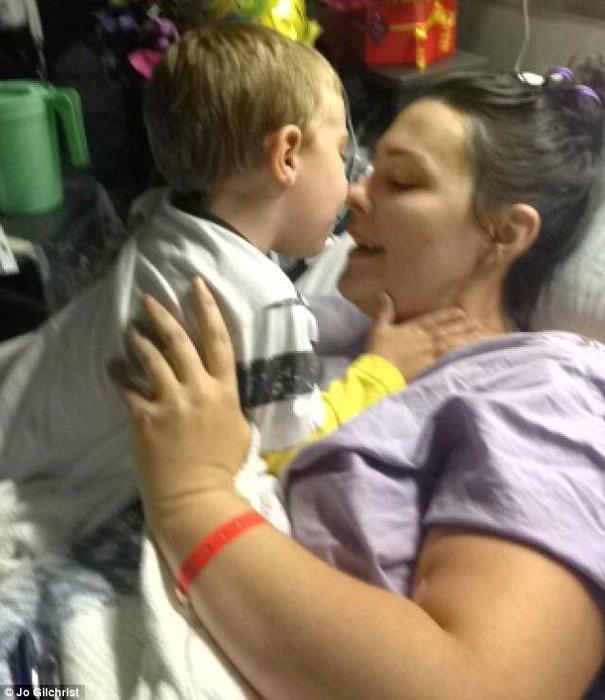 Jo Gilchrist en hospital con su hijo