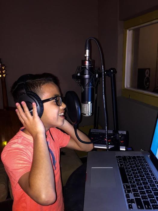 Jonael en un estudio de grabación 2016