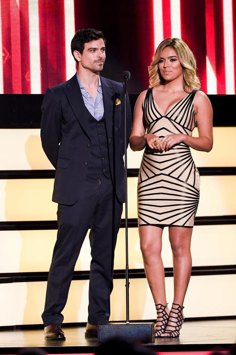 Jorge Luis Moreno y Karol G, presentadores de Premios Tu Mundo, 2016