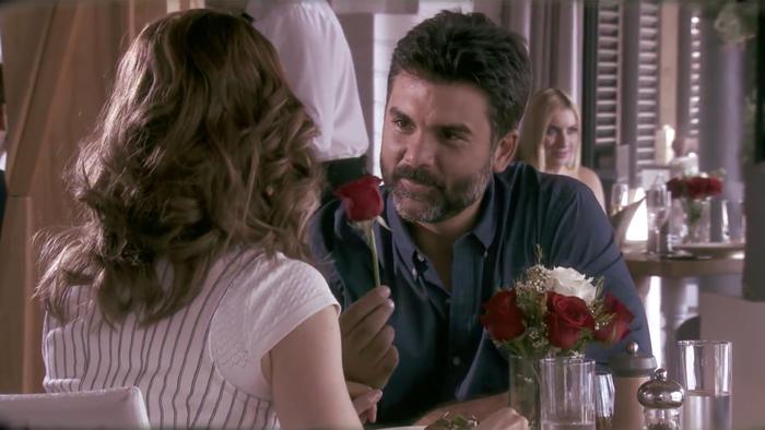 Jorge Luis Pila con rosa