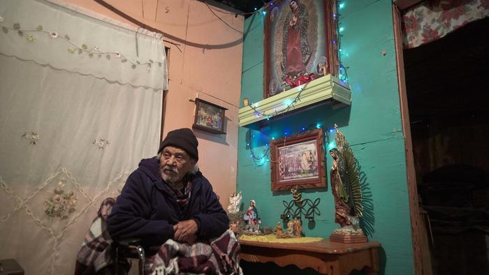 El mexicano José Arias quien construyó un altar contra la valla fronteriza entre Tijuana y San Diego hace 15 años
