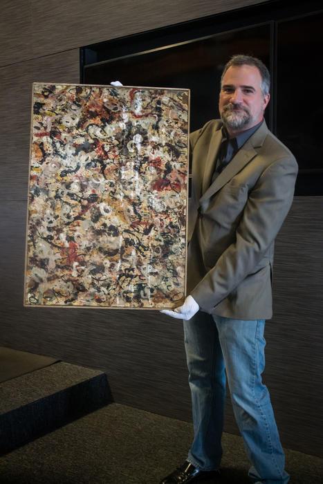 Josh Levine con la obra de Pollock