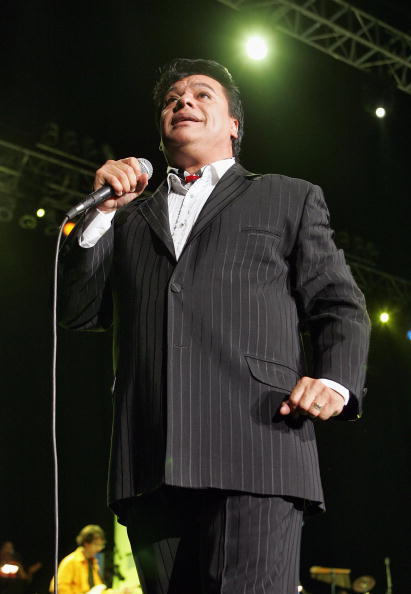 Juan Gabriel cantando en concierto