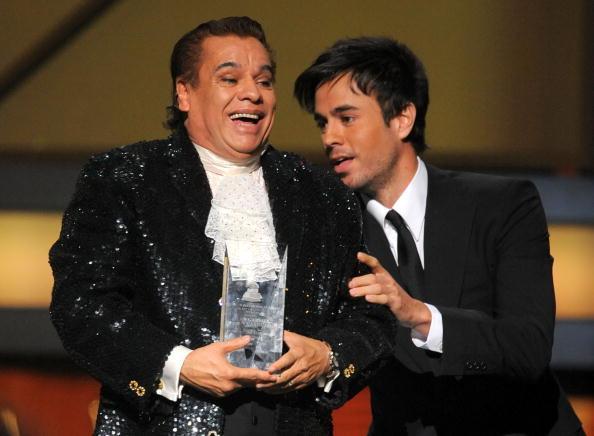 Juan Gabriel, persona del Año 2009 de los Latin GRAMMY, recibe premio de Enrique Iglesias