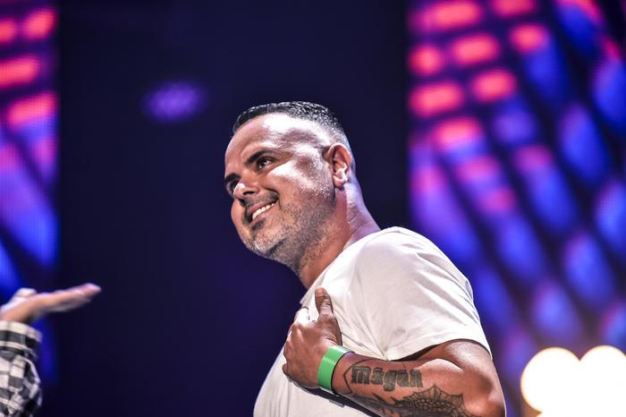 Juan Magan sonriendo en los ensayos de Premios Billboard 2015