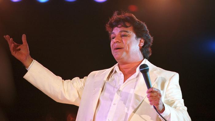JuanGabriel en un concierto en Ciudad Juarez, Mexico 2000