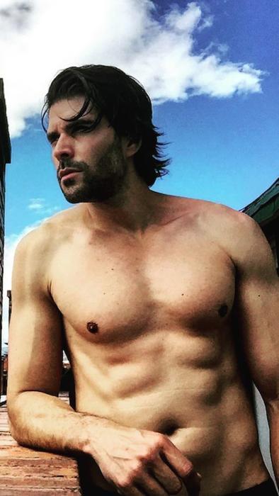 Juan Pablo Llano sexy, sin camisa