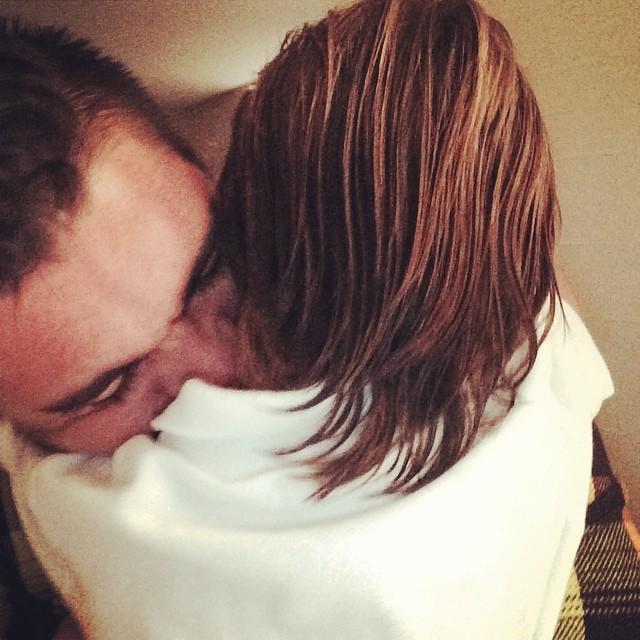 Juanes abraza a su hijo en una foto en Instagram