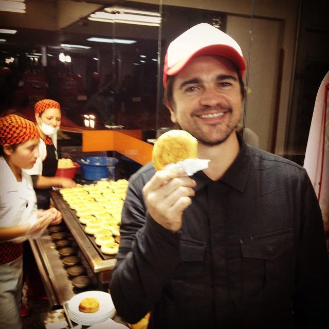 Juanes posa con una arepa en una foto de Instagram