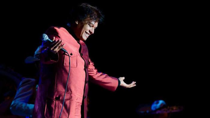 Juan Gabriel cantando en concierto, saluda al público