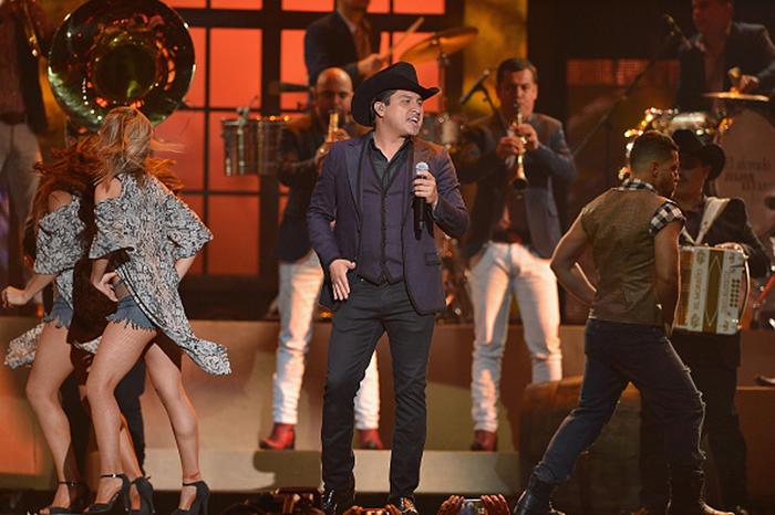 Julión Álvarez y su norteño banda en los Premios Billboard 2015