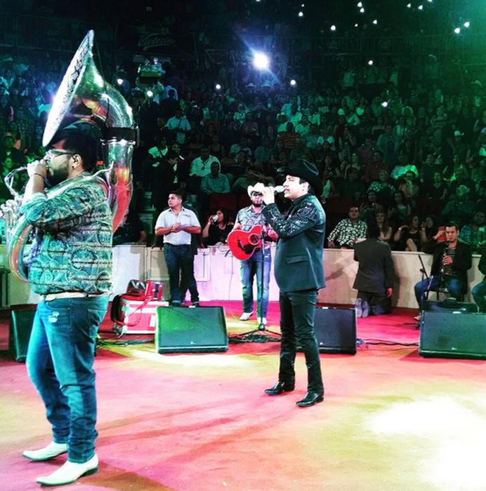 Julión Álvarez y su norteño banda en Mitote foto de Instagram 2015