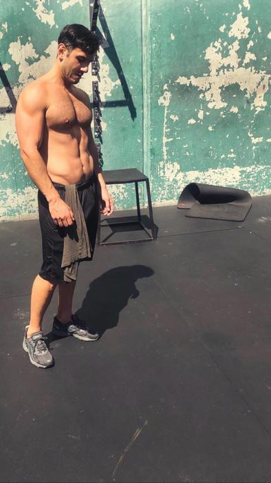 Jwan Yosef con el torso desnudo