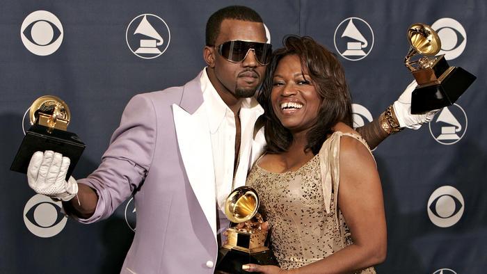 Kanye West con su madre Donda West en los Grammys 2006
