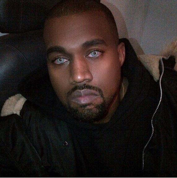 Kanye West con los ojos azules.