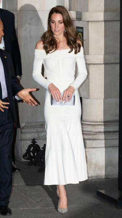 Kate Middleton usando un vestido blanco de Barbara Casasola