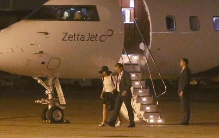 Katie Holmes en un avión en Paris
