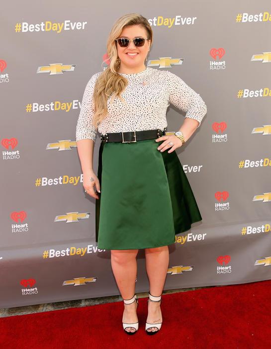 """Kelly Clarkson en la alfombra roja del """"Best Day Ever"""" de iHeartRadio"""
