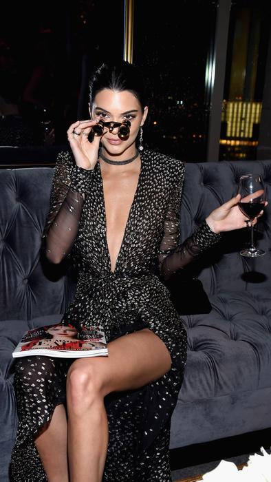 Kendall Jenner con binoculares