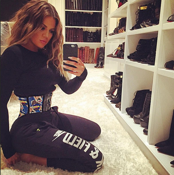 Khloe Kardashian usando una faja waist training