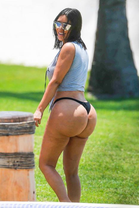 Kim Kardashian en tanga negra
