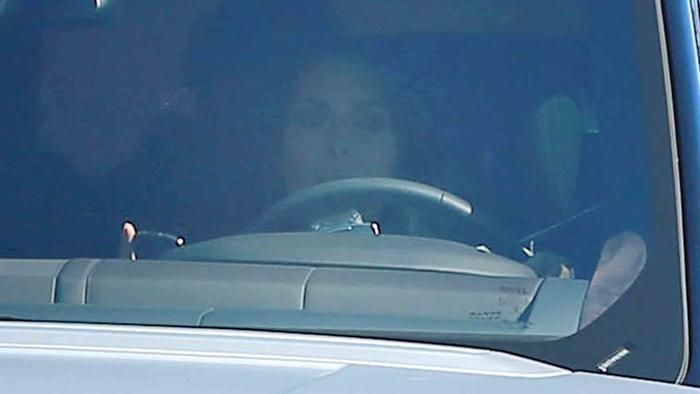 Kim Kardashian texteando y manejando
