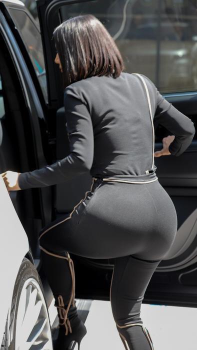 Kim Kardashian traje negro ajustado subiendo a la camioneta