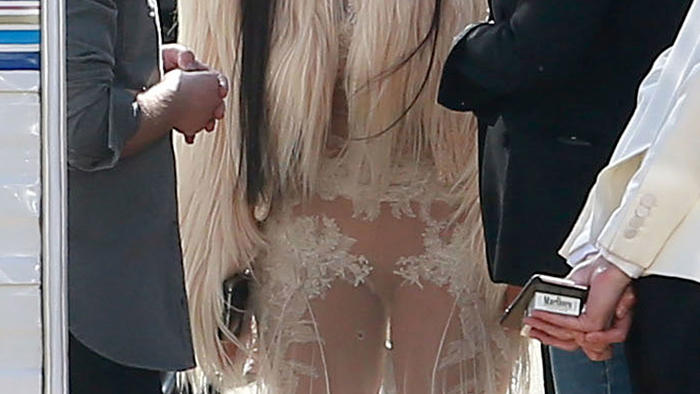 Mujer con vestido transparente en la calle