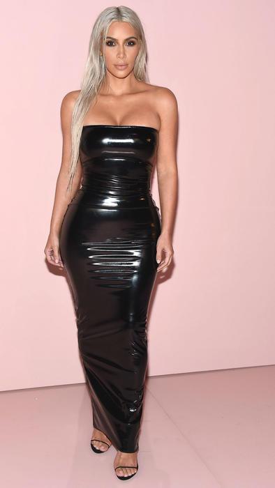 Kim Kardashian usando un vestido negro de látex