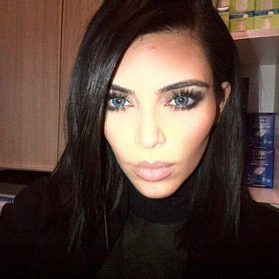 Kim Kardashian con los ojos azules