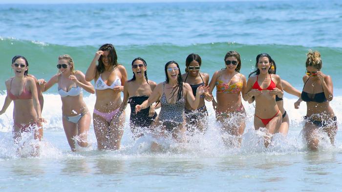 Gigante De Invadió Sexy Hermanas Pene Fiesta La En Un Kardashian Las JK5uFTl1c3