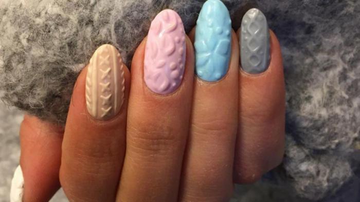 Manicure con esmaltes de diferentes colores pastel