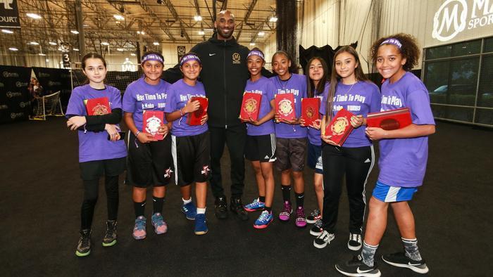 Kobe Bryant con chicas de su academia