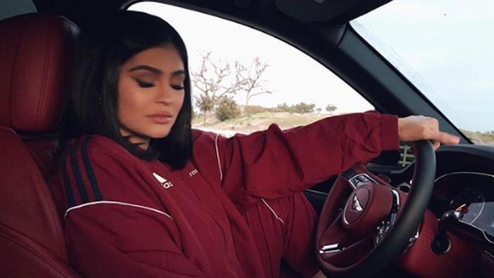 Kylie Jenner dentro de un auto
