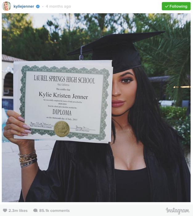 Kylie Jenner con su diploma de graduación
