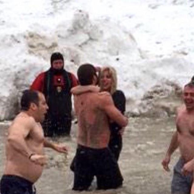 Lady Gaga y Taylor Kinney participan en el Chicago Polar Plunge en el Lago Michigan