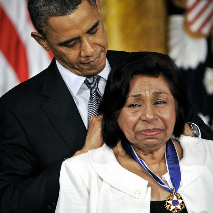 Sylvia Méndez recibiendo una medalla del presidente Obama